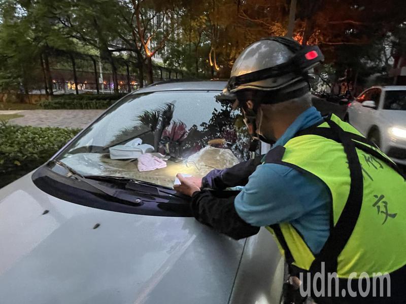 新竹市稅務局與交通處合作,若路邊停車收費開單員發現有欠稅車可立刻通報,將跨機關到場處理,去年查了37件欠稅車。記者張裕珍/攝影