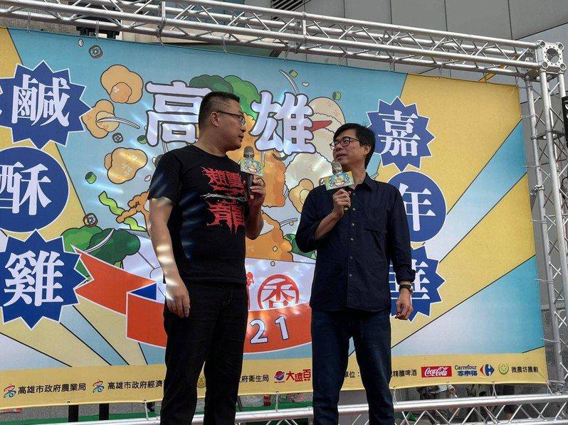 高雄市長陳其邁答應宅神朱學恆(左),明年辦鹹酥雞全國賽。圖/高雄市觀光局提供