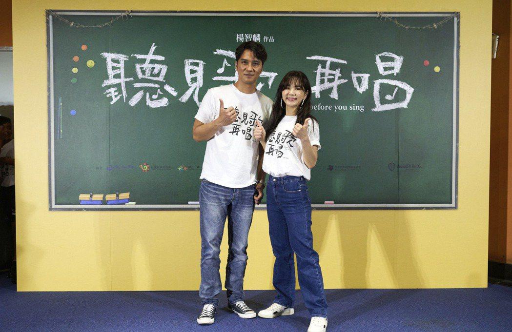 馬志翔(左)與Ella為了「聽見歌 再唱」努力跑宣傳。圖/華納提供