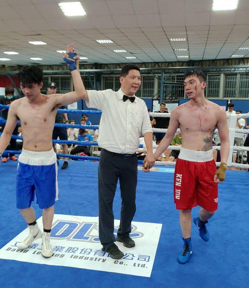 「肯將」王宥傑(右)浴血奮戰,在男子63公斤級敗給「台體技擊」蔡澤昇,兩人拚鬥精神可嘉,獲得滿堂彩。圖/中華拳擊總會提供