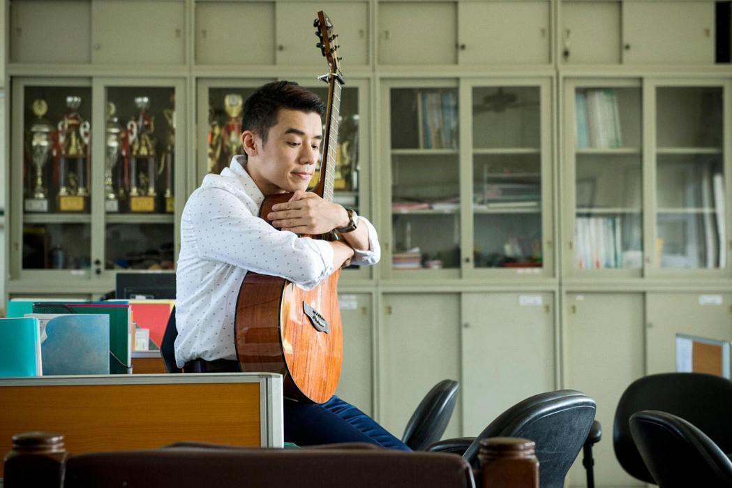 邱志宇為了「期末考」的吉他戲真的買吉他回來練習。圖/海鵬提供