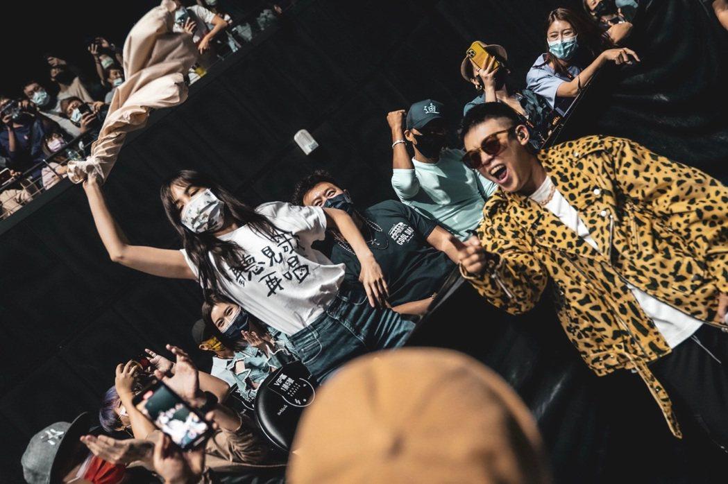 玖壹壹健志(右)下台和Ella互動。圖/混血兒娛樂提供