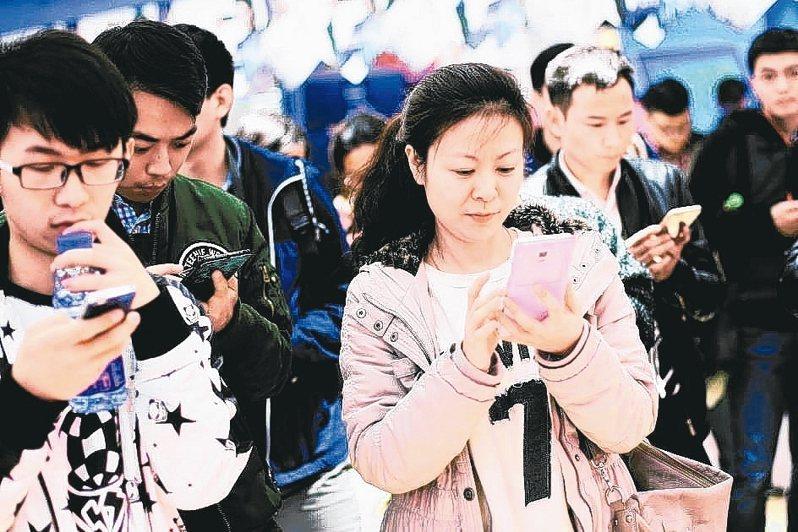 大陸央視調查發現,短視頻是網民「殺時間」的第一利器,但相關侵權行為也引起影視傳媒反彈。 ( 中新社資料照片)