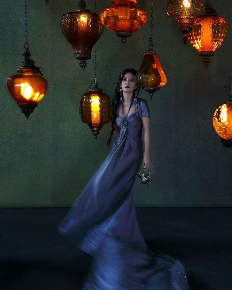 在垂吊得宛如土耳其燈飾的火光中,趙薇演繹FENDI 2021春夏高級訂製服。圖/...