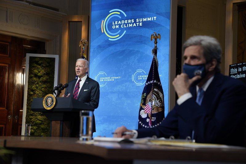 美國總統拜登表示,將評估實施邊境碳稅。右下角戴口罩者為白宮氣候特使柯瑞。 (美聯社)
