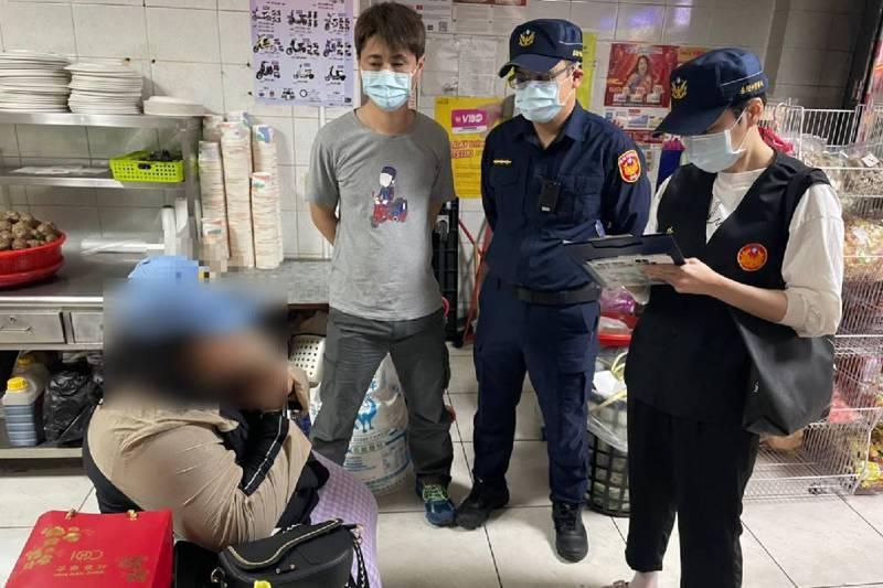 遇上臨檢不要驚慌,視狀況可拒絕甚或提訴願救濟。圖為警方在印尼商店執行外事臨檢勤務。圖/聯合報系資料照片