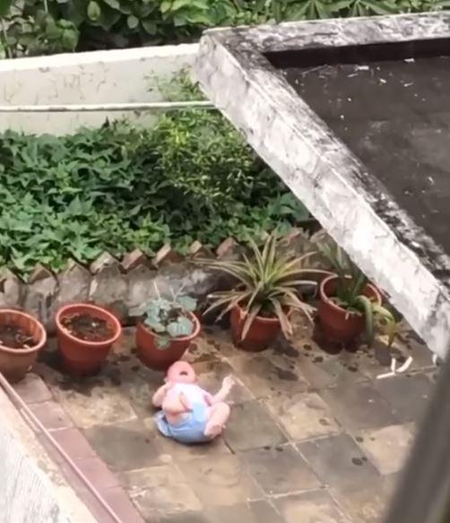 近日新北市中和區一名女子發現,鄰居家的嬰兒躺在陽台地上嚎啕大哭,而一旁的爸爸卻自顧自地澆花。 圖擷自《爆怨2公社》