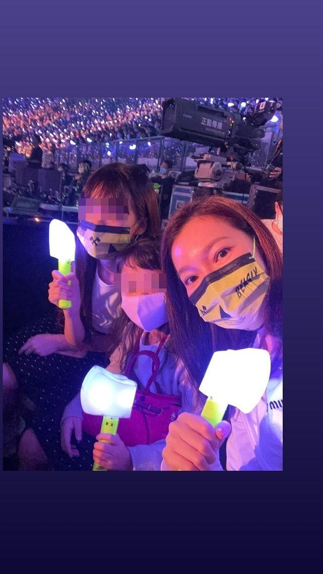 曾馨瑩帶2個女兒欣賞蔡依林演唱會。 圖/擷自曾馨瑩IG