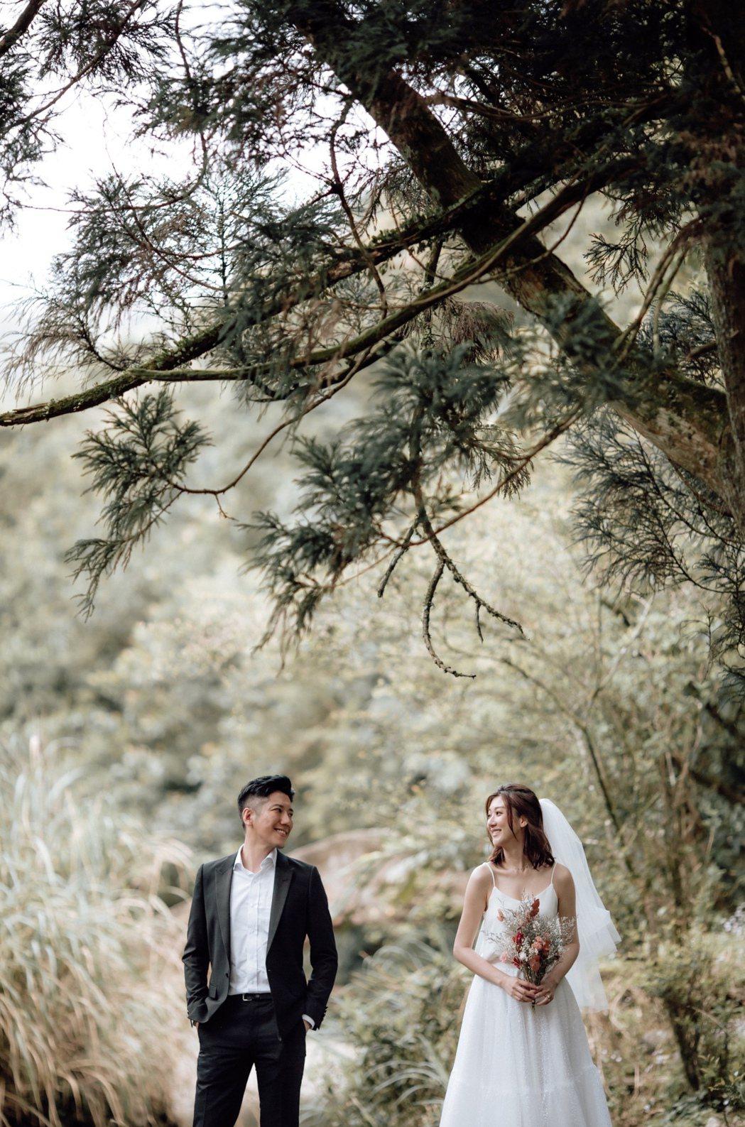 林逸欣(右)喜晾婚紗照,與Tony將在7月24日舉辦婚宴。圖/旋轉娛樂提供