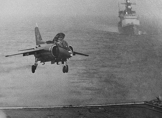 冷戰時期的蘇聯海軍照片:一架Yak-38垂直起降戰機正要降落基輔級航艦,緊跟在後的是美國驅逐艦彼德森號。圖/取自網路