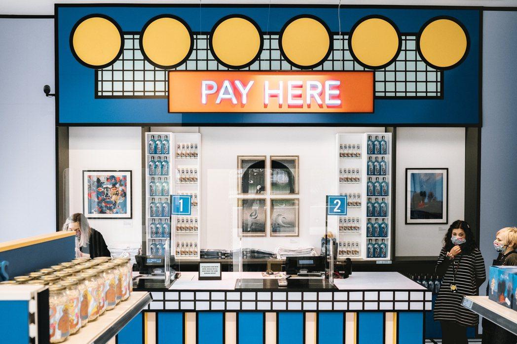 店鋪設計由法國藝術家 Camille Walala 一手打造,大膽鮮明的繽紛色塊...