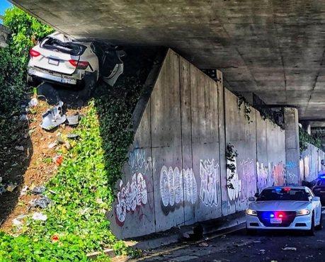 撞車的Maserati Levante 竟卡在匪夷所思的位置!