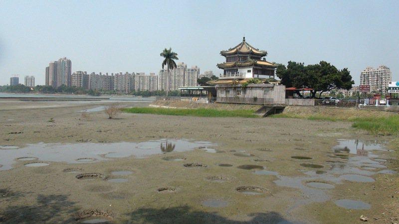圖為高雄澄清湖面百年乾旱,沙洲浮現,湖底出現類似隕石坑。聯合報系資料照片/記者王昭月攝影