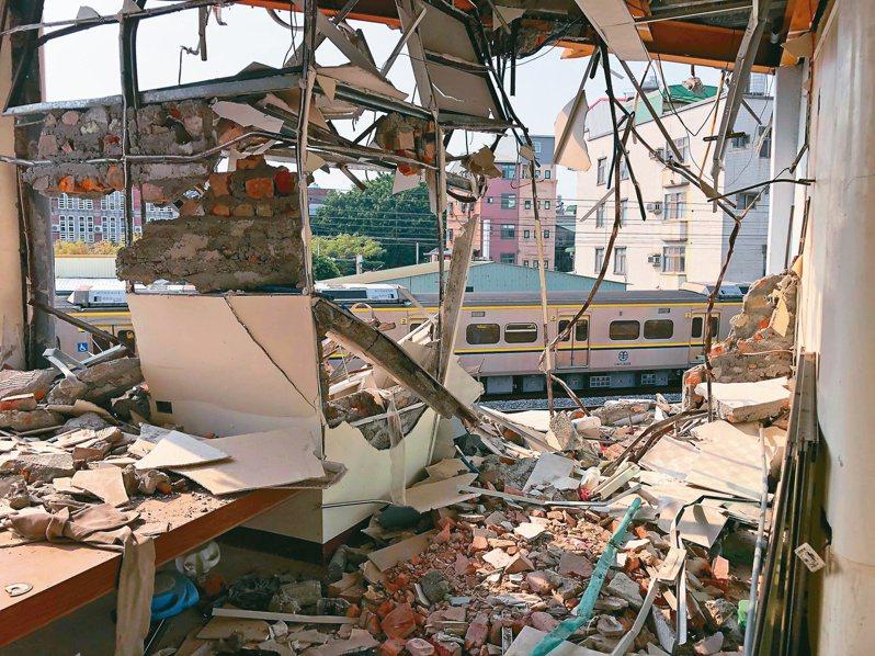 台南鐵路東移案最後一戶迫遷半拆戶黃春香的家遭突襲拆屋,站在房裡就能看到外頭施工街景。記者何定照/攝影