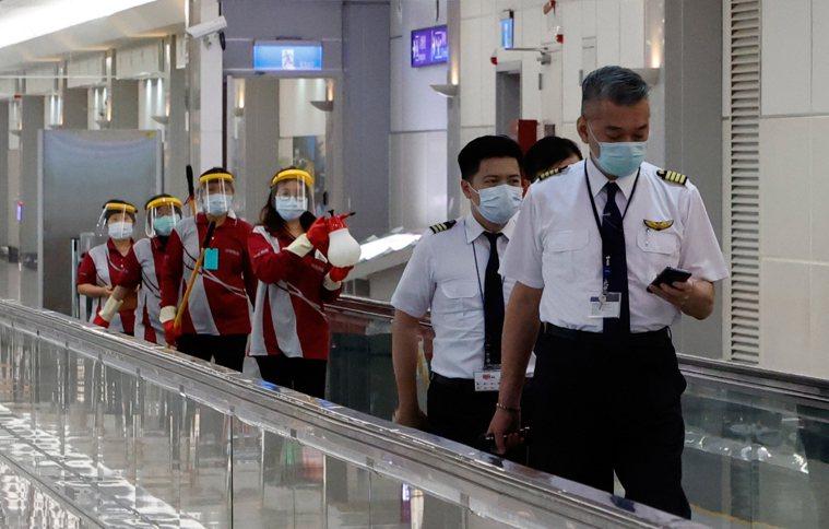 中央流行疫情指揮中心昨天宣布,華航確診貨機機師再增一名,已有五名機師確診,桃機公...