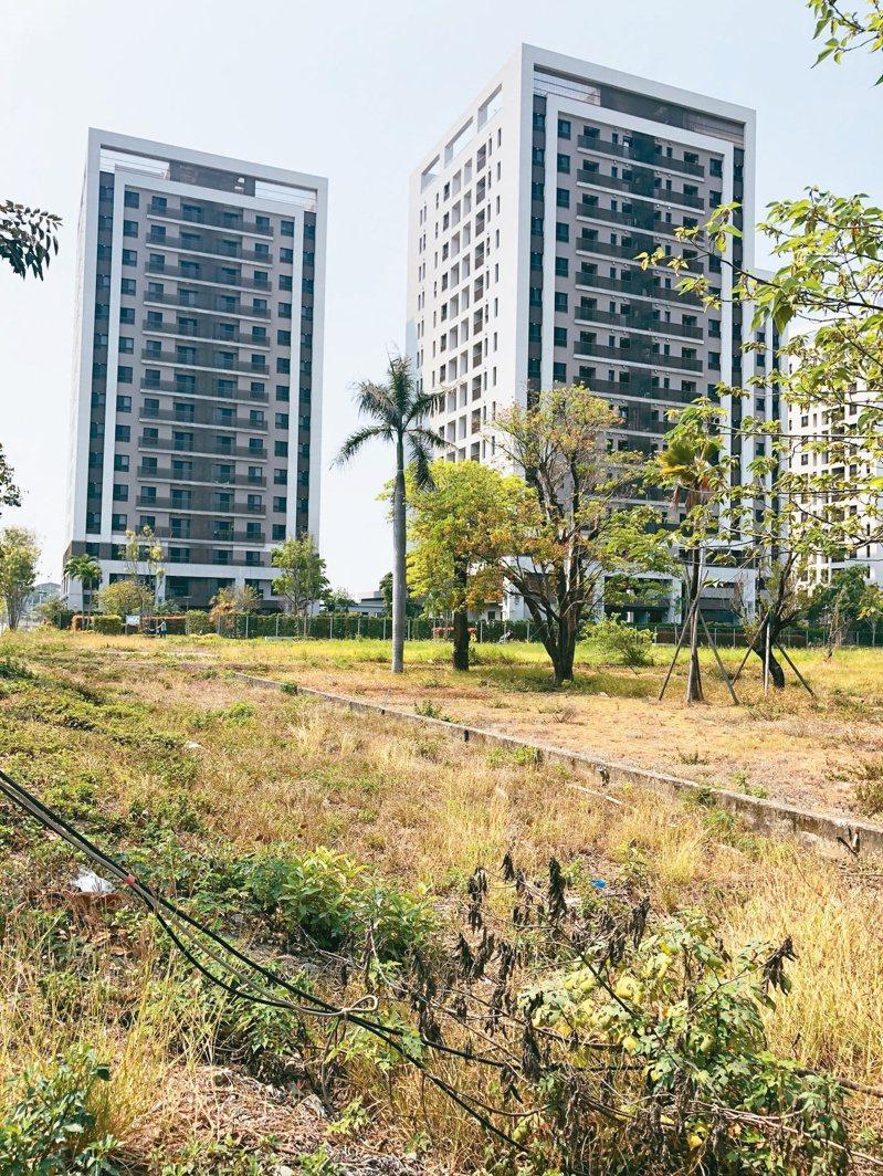 南鐵照顧宅位於南台南副都心區,前面全是空地。記者何定照/攝影