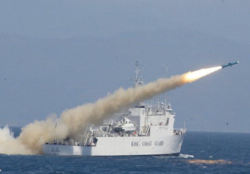 2005年的國軍漢光演習實兵驗證中,在時任國防部長李傑主導下,在同級的偉星艦艦艉加裝雄風二型反艦飛彈發射箱,機動射雄風二型反艦飛彈,成為首艘驗證平戰轉換、發射飛彈的海巡名艦。圖/軍聞社