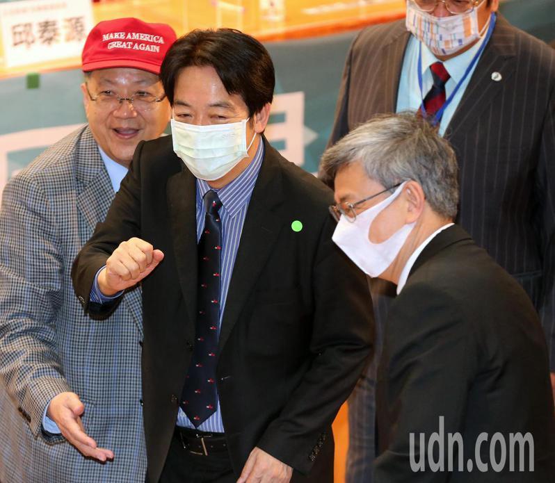 副總統賴清德(左二)今天出席「2021健保國是論壇」,並向前副總統陳建仁(右)等與會者致意。記者胡經周/攝影