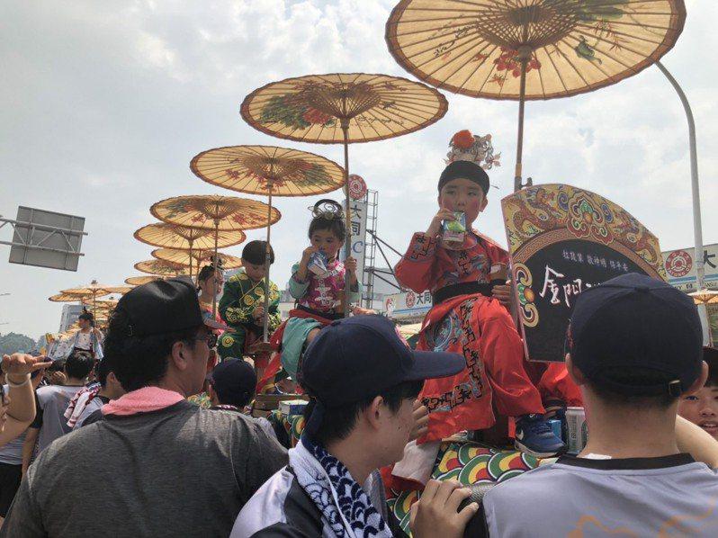 每年的迎城隍活動幾乎都是酷熱的天氣,坐在蜈蚣座上的小孩,有些耐不住熱,有的猛喝飲料、有的吃冰、有的吃起棒棒糖,相當可愛。記者蔡家蓁/攝影