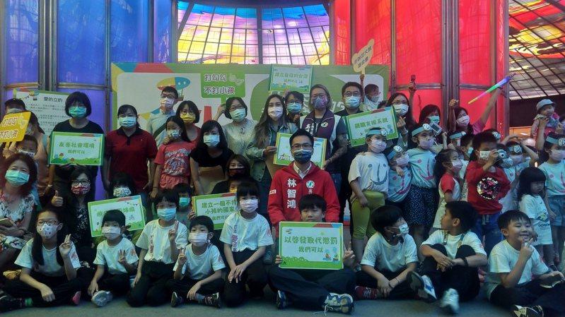 人本基金會今在高捷美麗島站舉辦「430國際不打小孩日」記者會,呼籲拒絕體罰,提升兒權。記者蔡孟妤/攝影