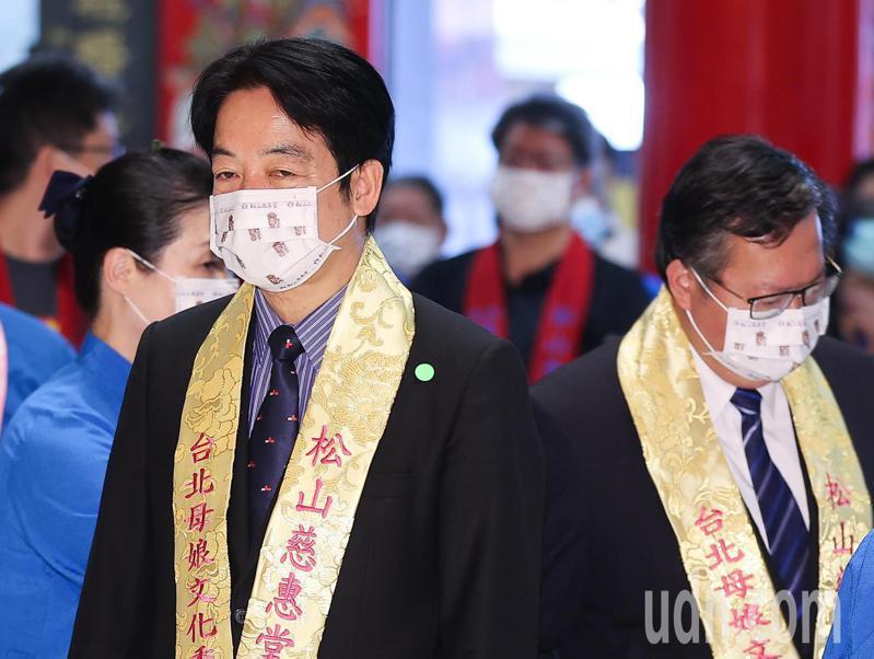副總統賴清德(左)與桃園市長鄭文燦(右)上午出席松山慈惠堂護國祈安法會,一同為台灣祈雨求水。記者余承翰/攝影