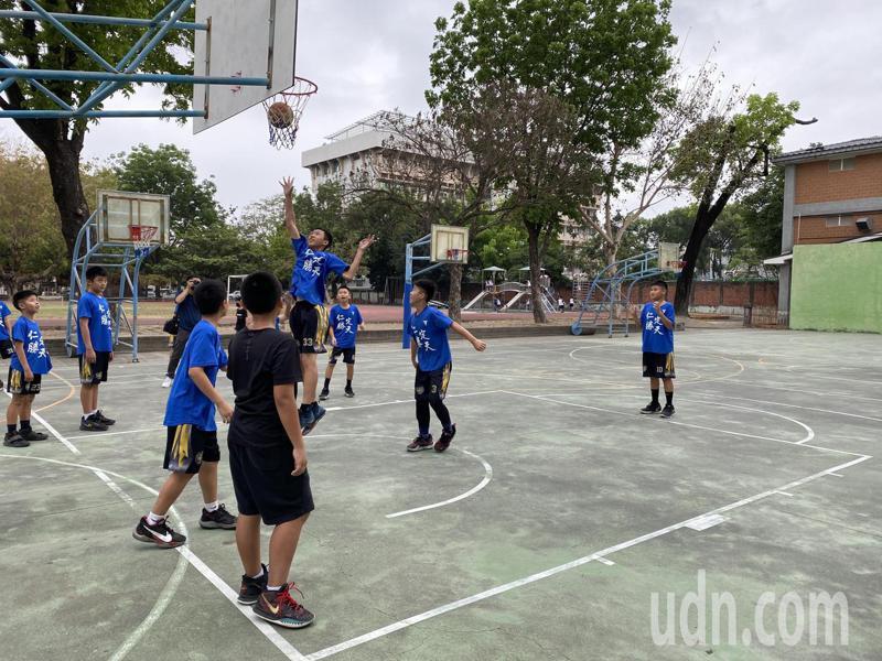 屏東縣仁愛國小籃球隊,是校隊型運動社團,學生練習情形。記者劉星君/攝影
