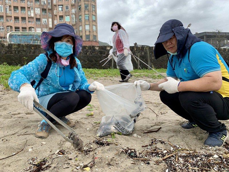 平時雖說肉眼看不見,但仍有不少垃圾藏在沙灘中。圖/新北市環保局提供