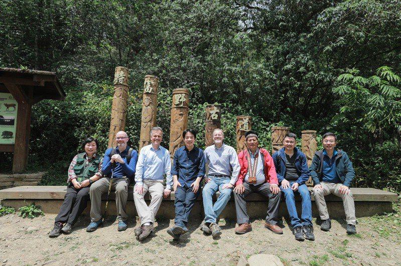 副總統賴清德(左四)邀駐台使節走訪阿里山特富野古道。圖/總統府提供