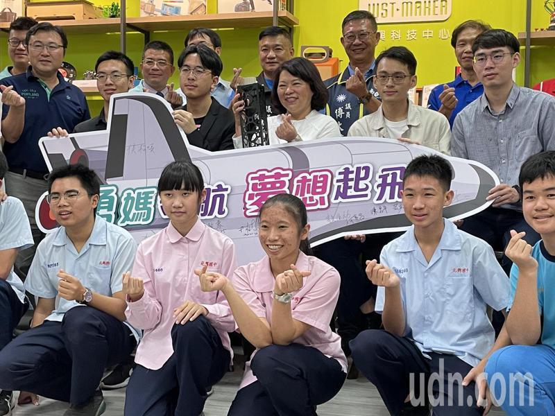 嘉義市長黃敏惠(右七)今到北興國中與張量科技創辦人,以及學童座談。記者林伯驊/攝影