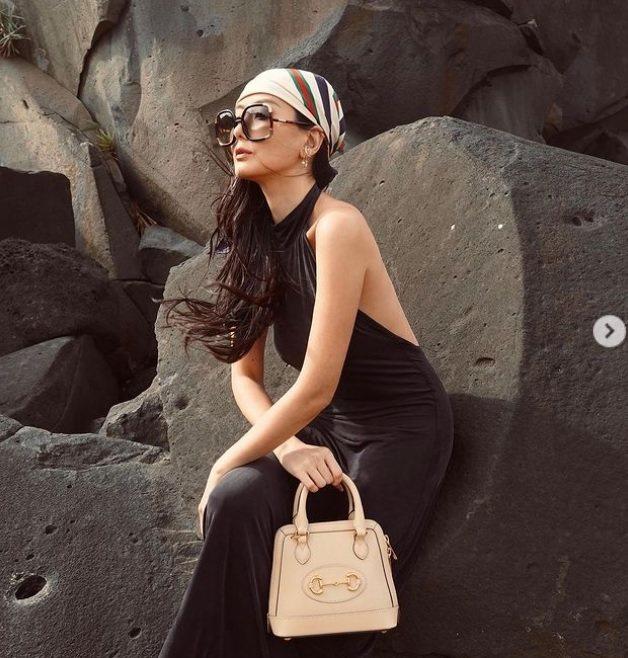 孫芸芸用迷你的奶茶色手提包搭配全身黑的海邊度假風造型。圖/摘自IG