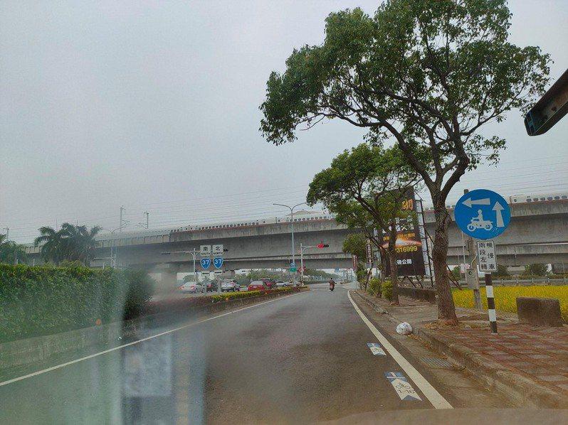 臉書社群「朴子民意觀察站」,有網友剛好拍下中午地震發生,有輛高鐵列車停駛照片。圖/取自臉書朴子民意觀察站