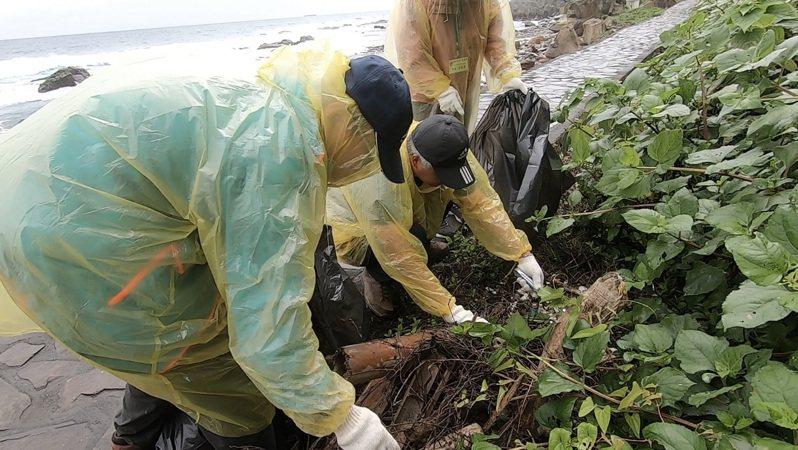 國際同濟會北一區基隆會系家族今到和平島阿拉寶灣淨灘,清出為數可觀的廢棄物。圖/蔡適應服務處提供