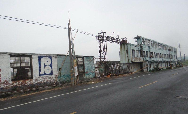 曾是國內最大單一抄紙廠的北港萬有紙廠拆得剩下一道危牆,沒有安全防護加上最近地震多,居民擔心牆倒壓傷人車。記者蔡維斌/攝影