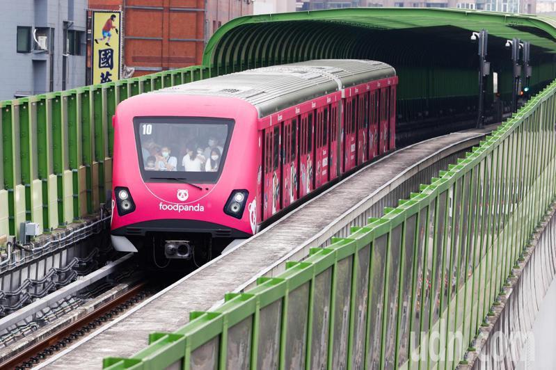 民眾引頸期盼的台中捷運綠線今天中午12點正式通車。記者黃仲裕/攝影