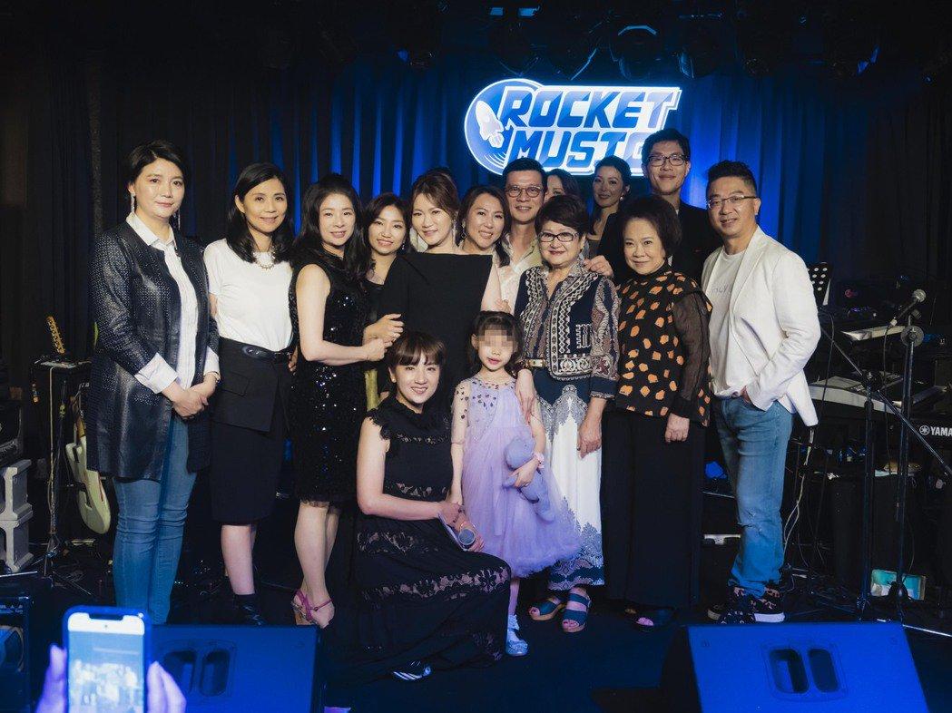 陳子鴻(中排右四)為專案部門歌唱課程的學員舉辦音樂會。圖/喜歡音樂提供