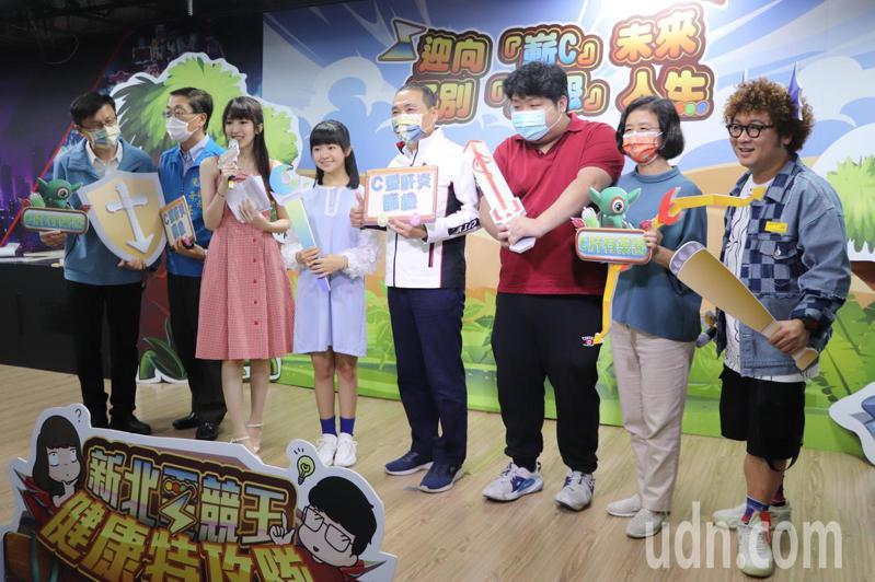 新北市長侯友宜(右4)今出席「新北電競王健康特攻隊決賽」,主持人正是藝人外甥納豆(右1)。記者吳亮賢/攝影