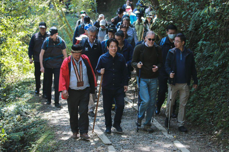 副總統賴清德(前排左2)邀駐台使節走訪阿里山特富野古道。圖/總統府提供