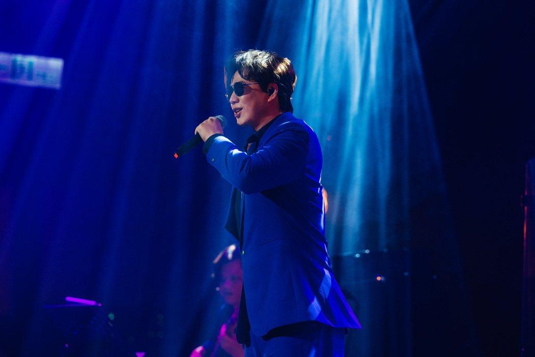 蕭煌奇在演唱會上火力全開連唱「末班車」等多首歌曲。圖/環球音樂提供