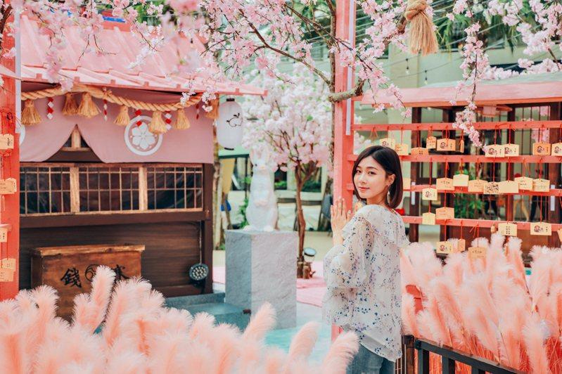 林口三井OUTLET在母親節前夕打造「櫻花白兔神社」,現場宛如櫻花粉色夢境,彷彿置身在日本當中。圖/新北市經發局提供