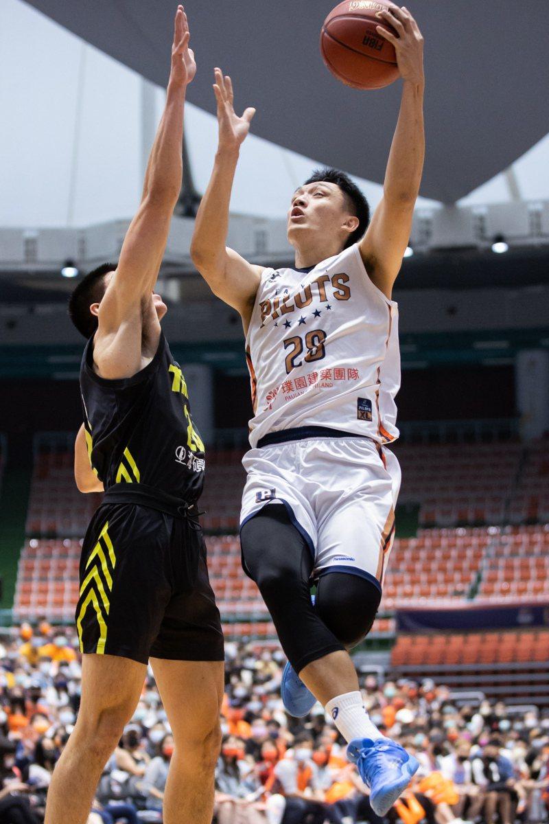 領航猿隊施晉堯(右)挑戰籃框。記者季相儒/攝影