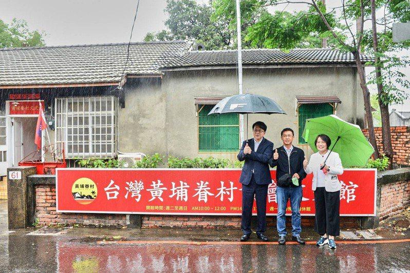 立委許智傑(中)、劉世芳(右)及邱志偉今天赴黃埔新村,關心以住代護入住者現況,訪視政策推動情形。圖/高雄市文化局提供