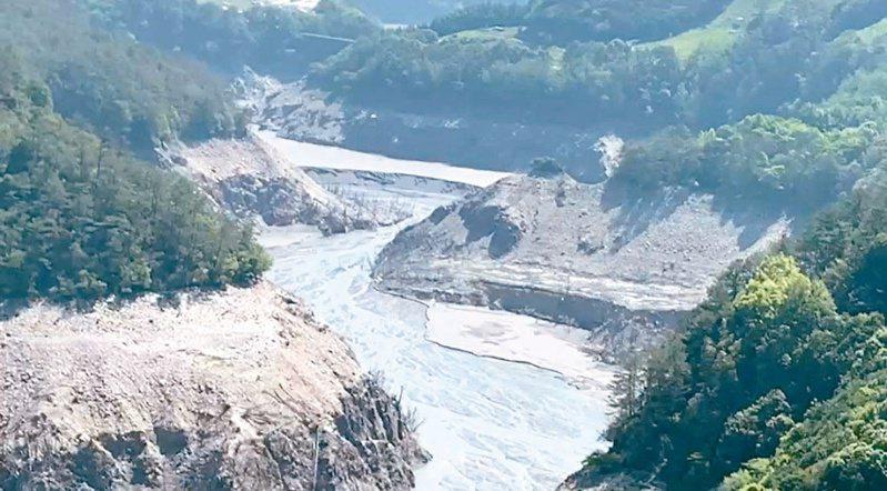 德基水庫集水區昨雖降雨,水位仍很低。圖/民眾提供