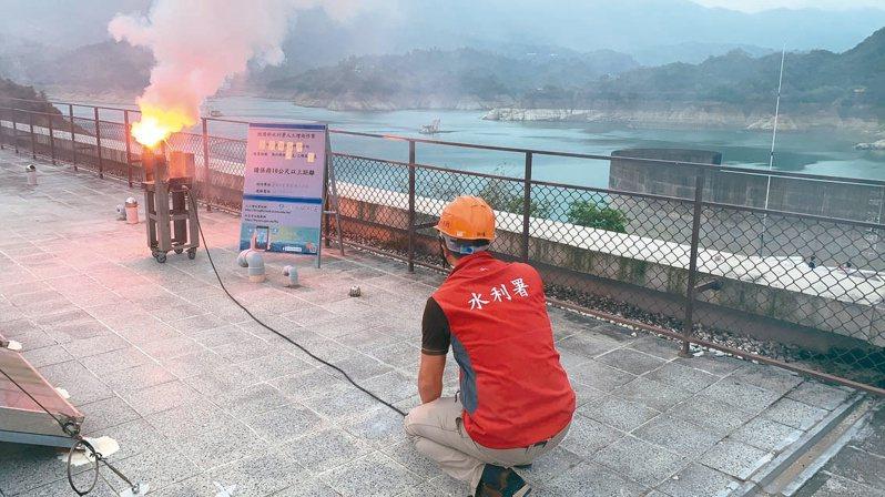 華南雲雨區東移通過台灣上空,南水局昨把握機會在曾文水庫燃放焰劑進行人工增雨。圖/南水局提供