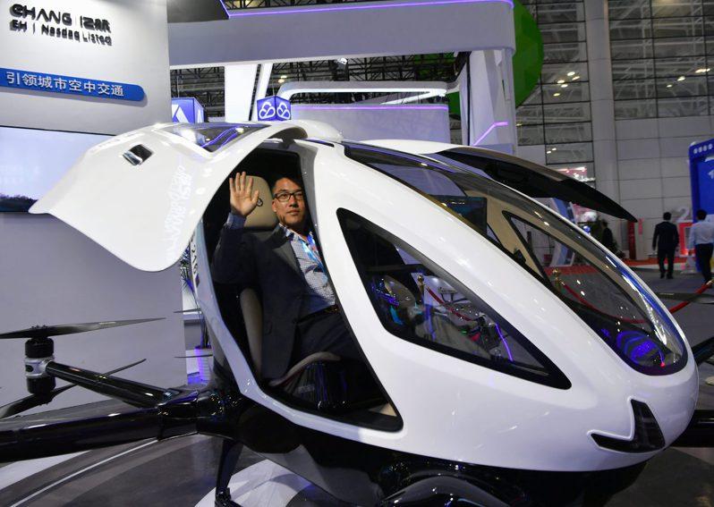 在第四屆數字中國建設峰會數字成果展覽會上,一家公司在展示採用無人駕駛技術的載人自動駕駛飛行器。(新華社)
