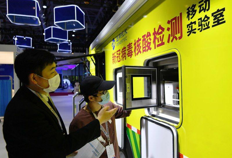 在第四屆數字中國建設峰會數字成果展覽會上,一家高科技公司在展示新冠病毒核酸檢測移動實驗室。(新華社)