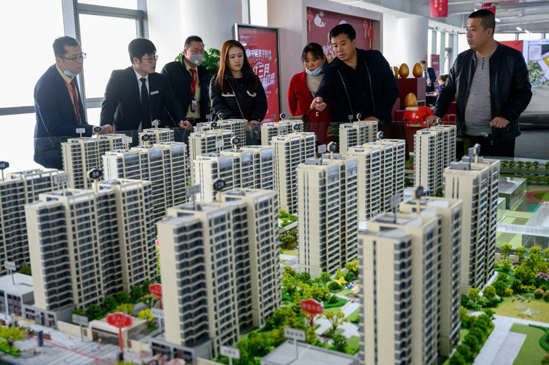 今年以來,儘管一再推出調控措施,大陸一線城市的房地產熱度依然高漲。圖為太原市民在房地產售樓部挑選商品房戶型。(中新社資料照)