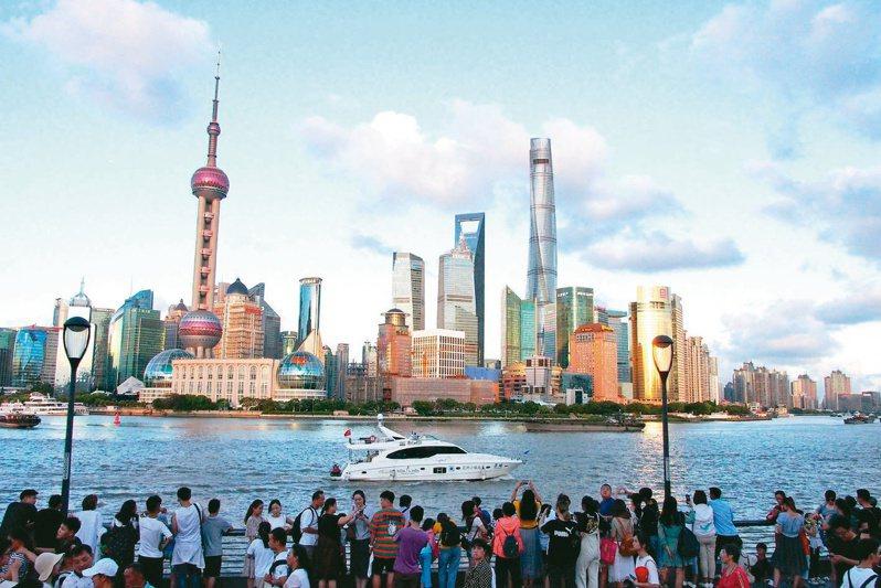 上海推出新政策防炒房,上海房地產交易中心網站昨(25)日一口氣核准47個建案共1.4萬戶準備公開銷售,目前已完成價格備案,目的是要以量制價。(本報系資料庫)