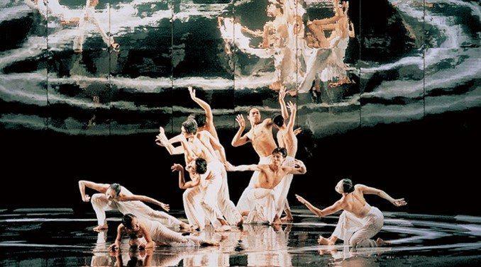 雲門舞集創辦人林懷民的經典作「水月」。圖/雲門舞集提供