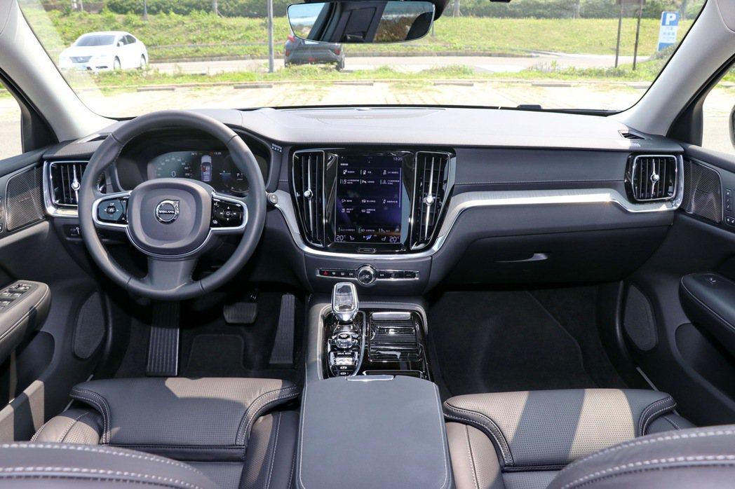 內裝設計同樣承襲90車系以來的特色,簡潔少按鍵展現俐落視覺感受。 記者陳威任/攝...