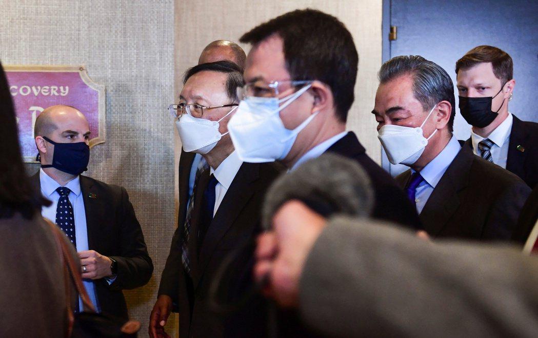 楊潔篪在阿拉斯加會議展現「鬥爭精神」的當天,中共眾家官媒彷彿已經預知,高調報導楊潔篪「嗆美金句」。 圖/路透社